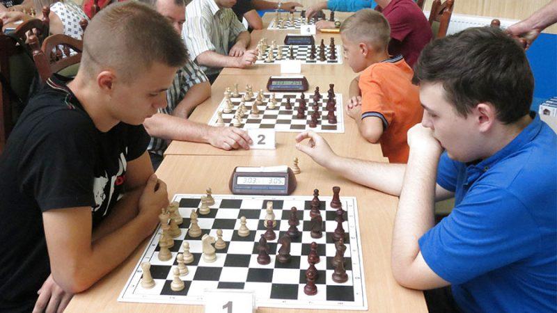 У вінницькій шаховій «Формулі-1» діти і молодь «б'ють» ветеранів