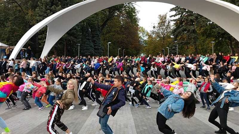 Іван Козак – Джоз зібрав у Вінниці під Аркою масштабний денсмоб – 700 танцівників «ловили ритм» із засновником студії 3Z (відео)