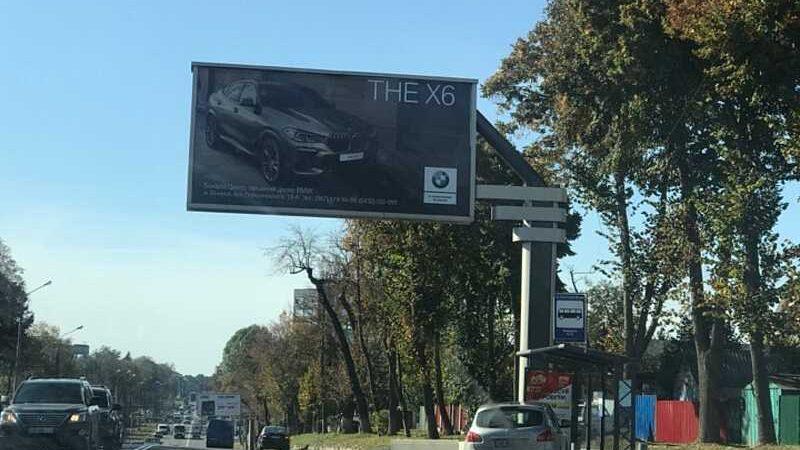 """""""Кашкай"""" влетів у зупинку на Хмельницькому шосе. У Вінниці поблизу транспортної компанії зіткнулись дві машини"""
