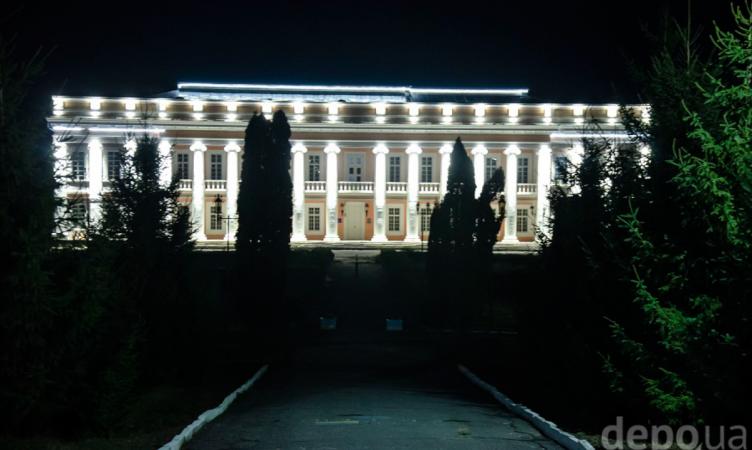 Фасад палацу Потоцьких оримав нічну підсвітку