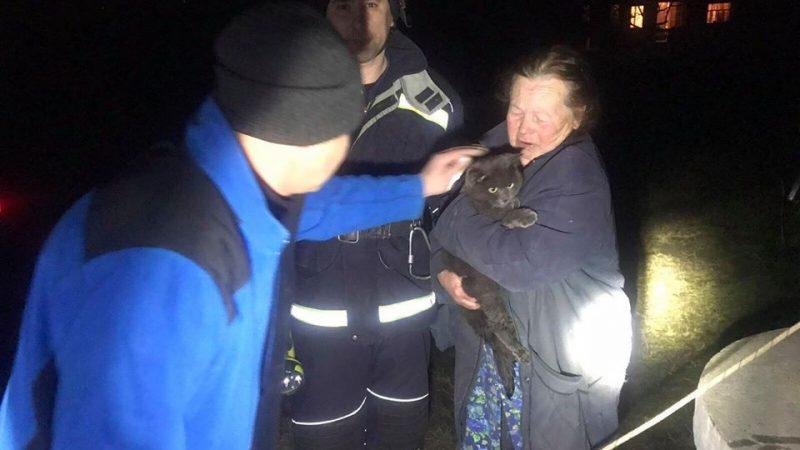 На Вінниччині рятувальники дістали кота Мажора з криниці