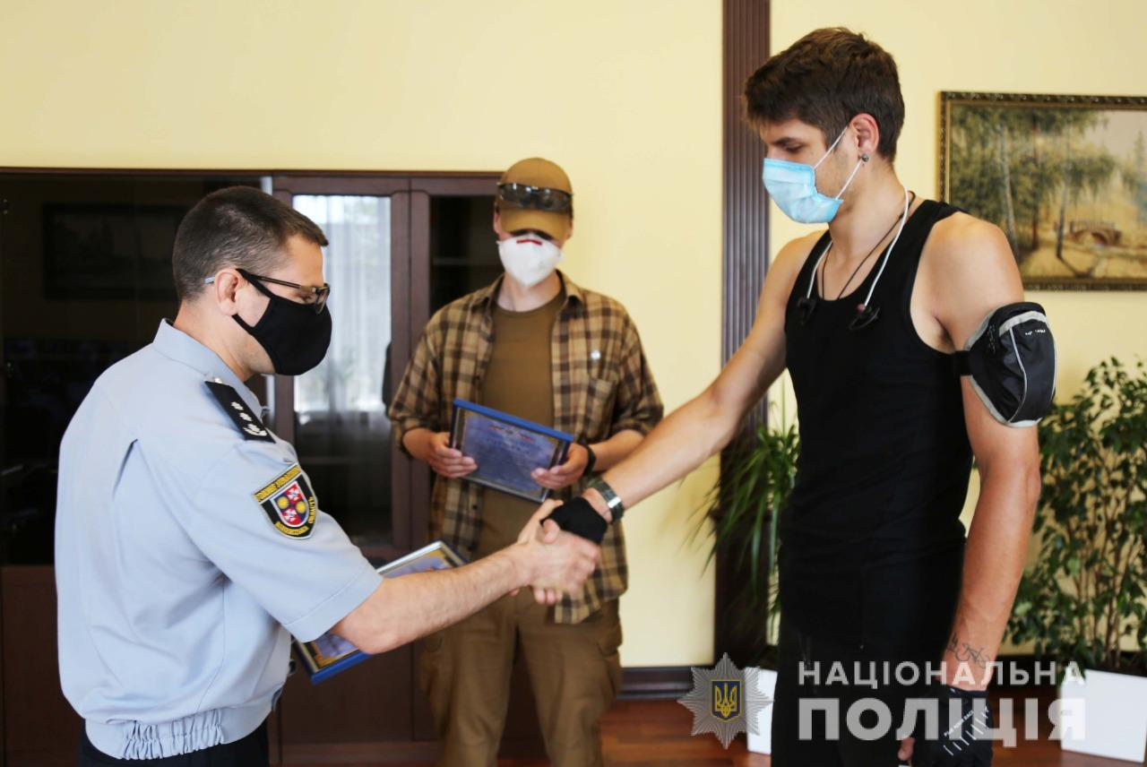 Двоє вінничан отримали нагороду від поліції за допомогу у пошуку зниклих дітей