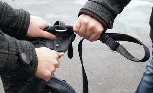 У вінничанина серед вулиці вкрали сумку з телефоном та грішми