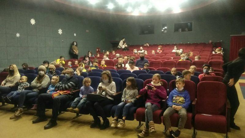 У театрі ляльок показали виставу для маленьких вінничани з багатодітних сімей