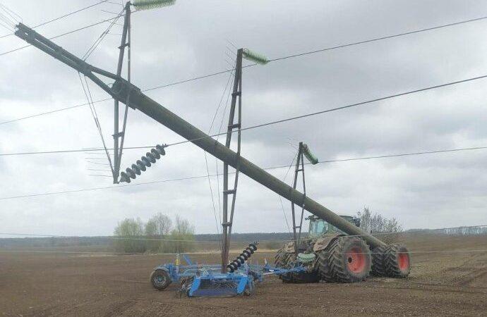 На Вінниччині сільгоспмашини пошкодили декілька електроопор