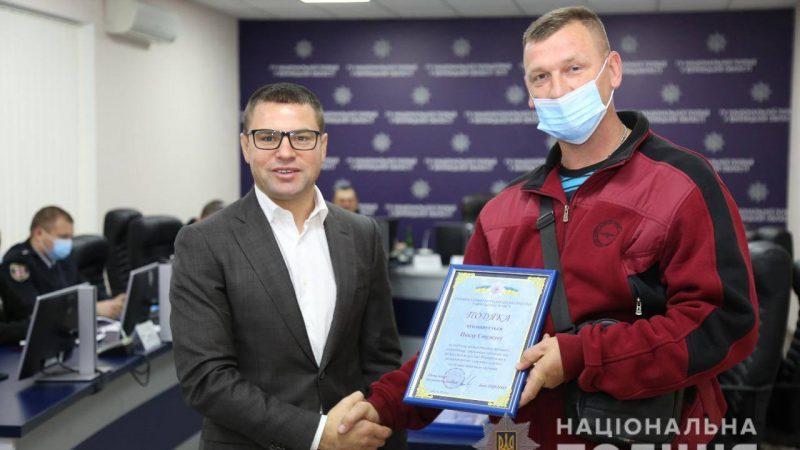 Вінницькому таксисту Павлу Стужуку поліція вручила подяку за допомогу у розкритті вбивства